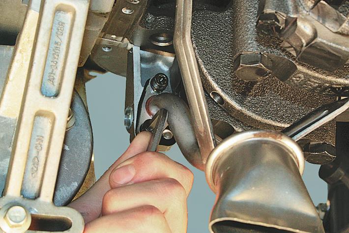 7. Отсоединяем насос от блока цилиндров и снимаем его при помощи двух отверток;
